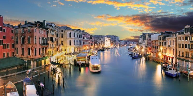 Ponte Rialto en gondel bij zonsondergang in Venetië, Italië stock foto's
