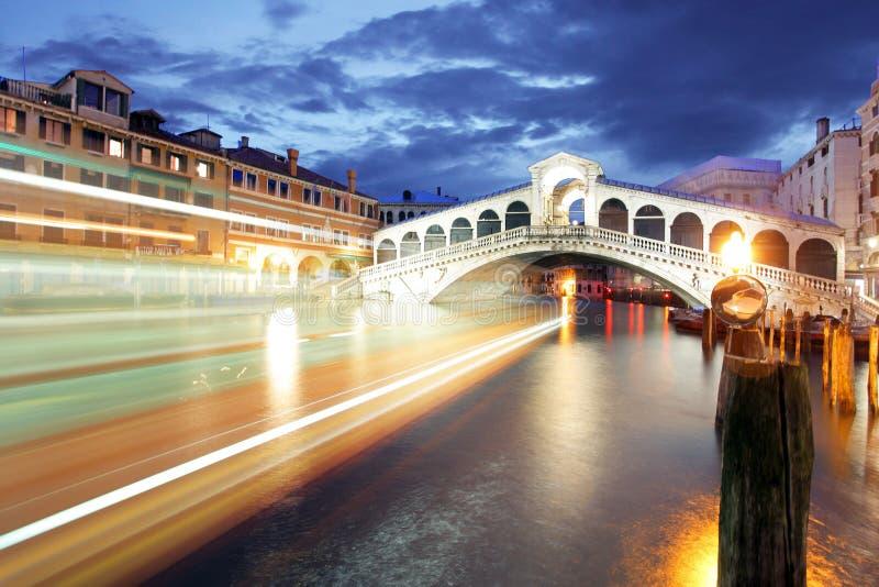 Ponte Rialto en gondel bij zonsondergang in Venetië, Italië stock foto