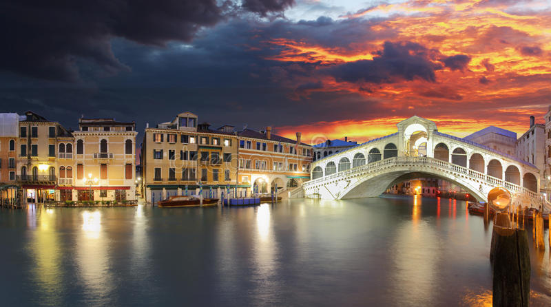 Ponte Rialto en gondel bij zonsondergang in Venetië, Italië royalty-vrije stock afbeeldingen