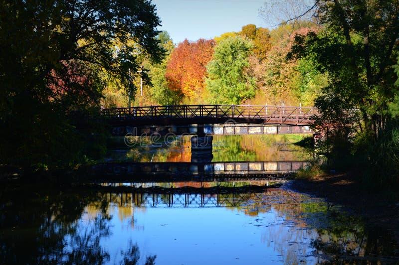 Ponte, riflessione, colori di caduta fotografia stock libera da diritti