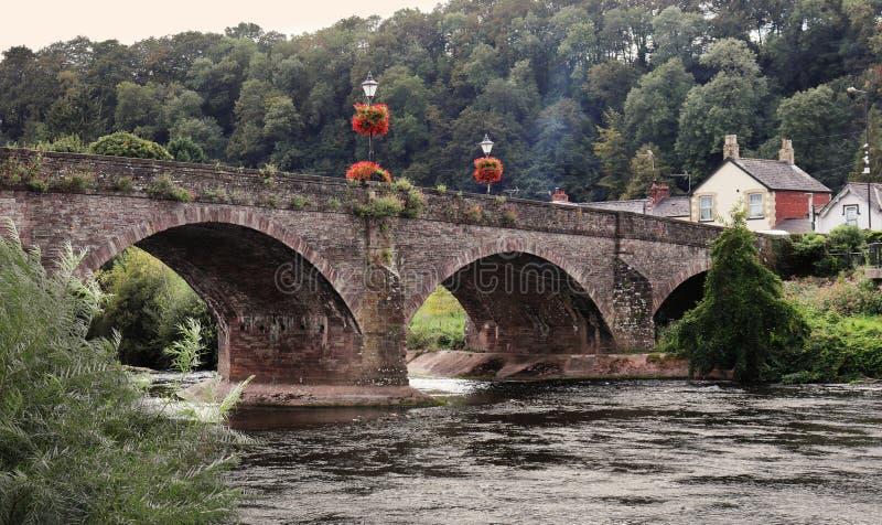 Ponte rivestito del fiore sopra il fiume Usk fotografia stock libera da diritti