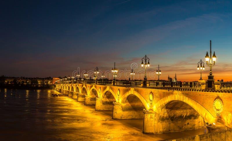 Ponte rochoso velha no Bordéus imagens de stock royalty free
