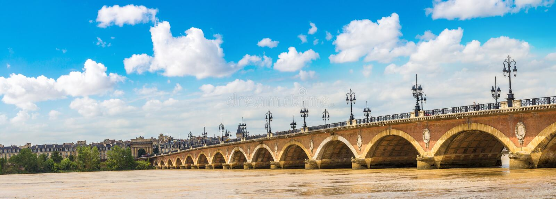 Ponte rochoso velha no Bordéus foto de stock royalty free