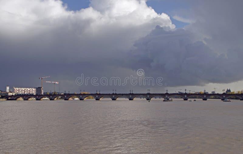 A ponte rochoso velha no Bordéus em França imagem de stock