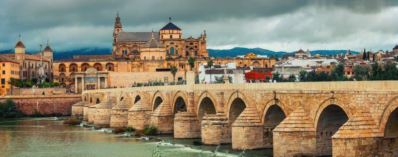 Ponte romana através do rio de Guadalquivir e da catedral de Mesquita do La em Córdova, Espanha fotografia de stock