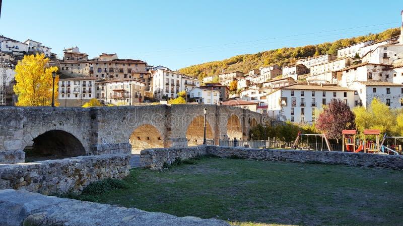 Ponte romana na vila espanhola velha construída na pedra imagem de stock