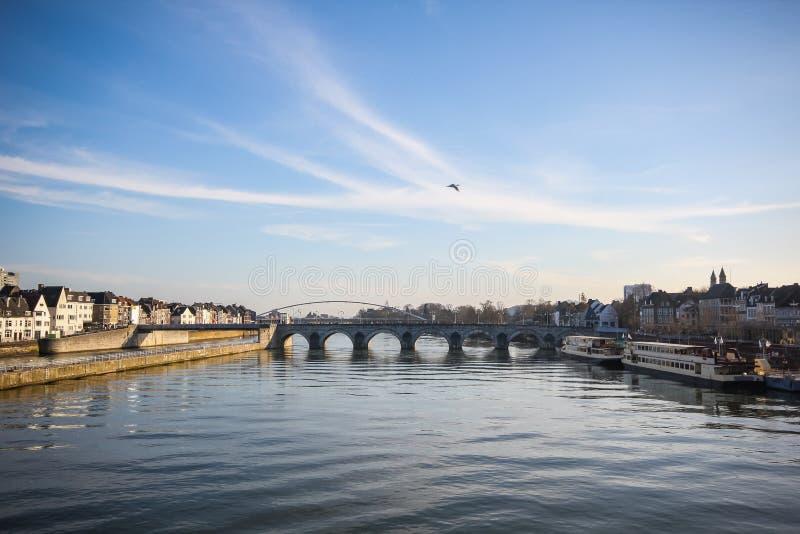 Ponte romana velha da skyline de Maastricht fotos de stock