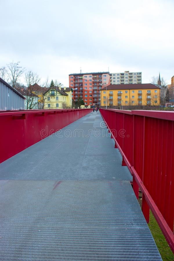 Ponte rosso d'acciaio sopra la ferrovia - Frydek Mistek fotografie stock