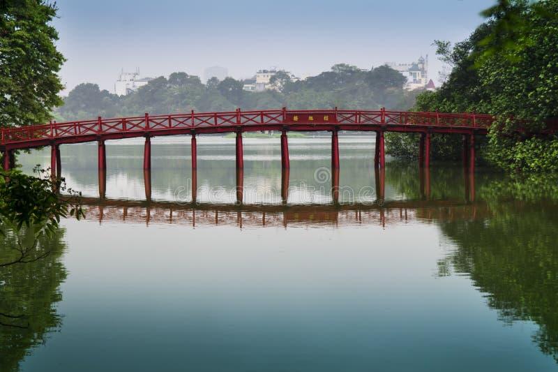 Ponte rosso sul lago Hoan Kiem. fotografia stock libera da diritti