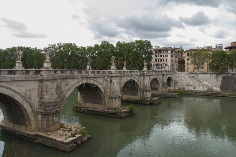 Ponte Sant 'Angelo ou ponte de Aelian com as nuvens chuvosas no fundo, Roma, Lazio, Itália foto de stock royalty free