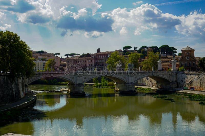 Ponte Sant `安吉洛和台伯河河的看法 库存照片