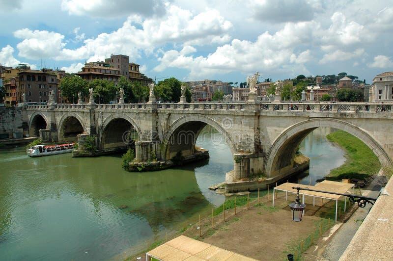 Ponte Sant Angelo über Fluss Tiber in Rom stockbilder