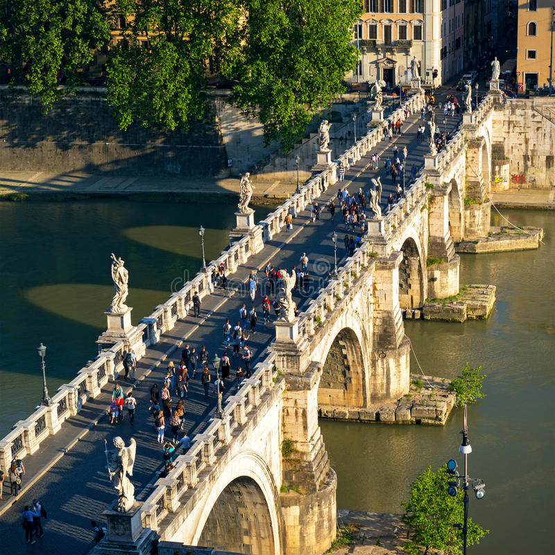 Ponte Sant ` Angelo (bro av änglar) på solnedgången, Rome fotografering för bildbyråer