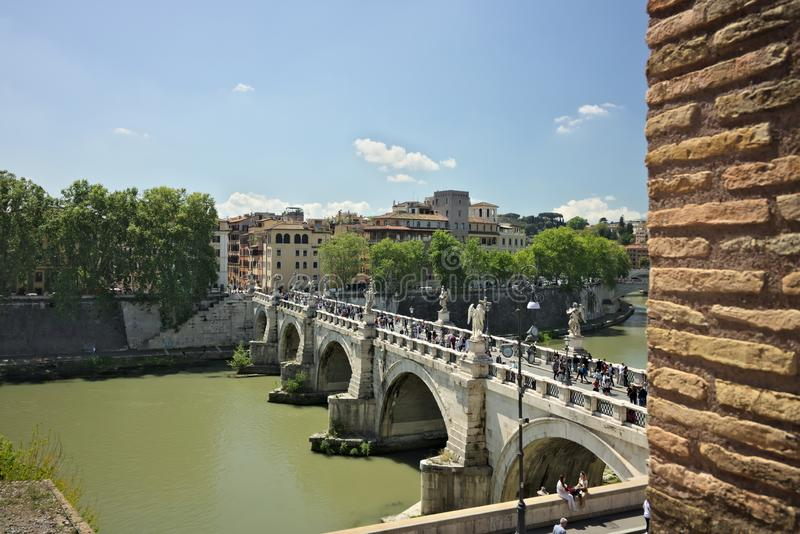 Ponte Sant ?Angelo cruza o rio de Tibre em Roma imagem de stock