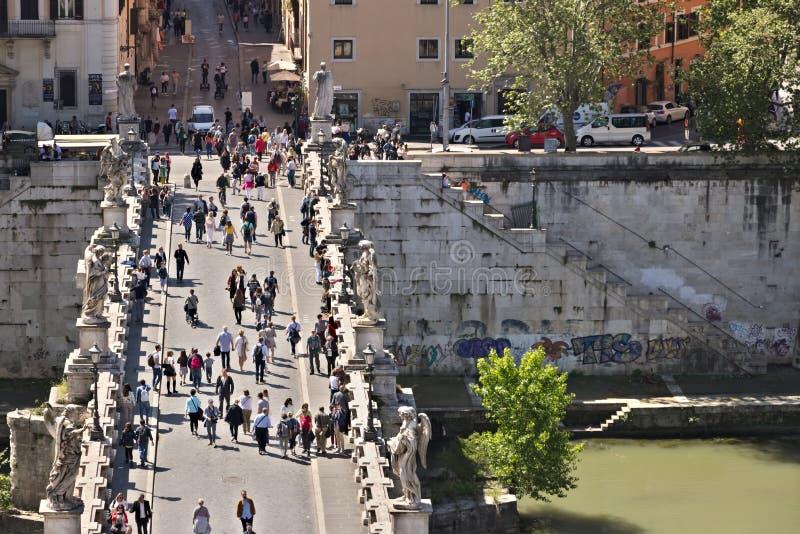 Ponte Sant ?Angelo korsar den Tiber floden i Rome arkivfoton