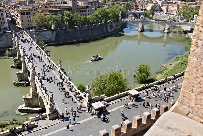 Ponte Sant ?Angelo korsar den Tiber floden i Rome royaltyfri fotografi