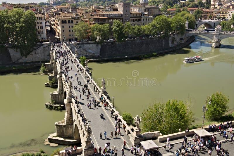 Ponte Sant ?Angelo korsar den Tiber floden i Rome royaltyfria foton