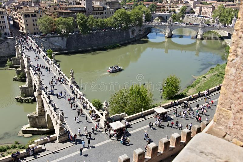 Ponte Sant ?Angelo krzy?uje Tiber rzek? w Rzym fotografia royalty free