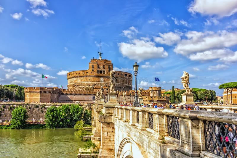 Ponte Sant ` Angelo over Tiber en Castel Sant ` Angelo in Parco Adriano, Rome stock foto