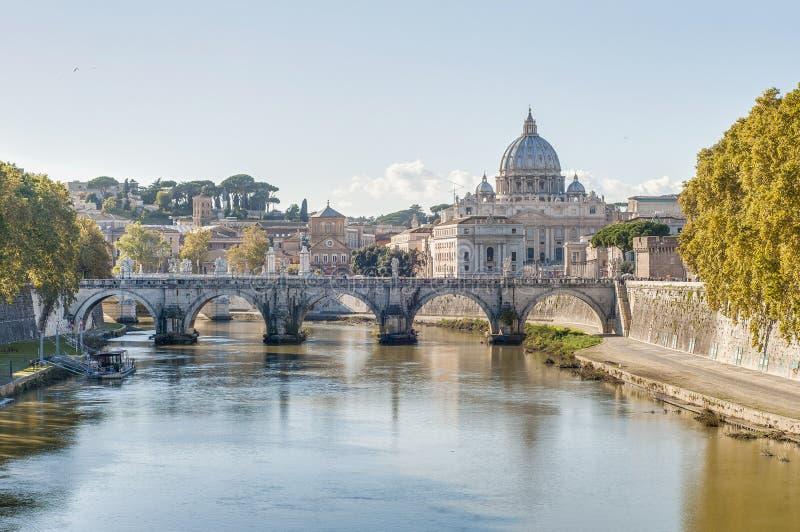Ponte Sant'Angelo (puente de Hadrian) en Roma, Italia, fotos de archivo
