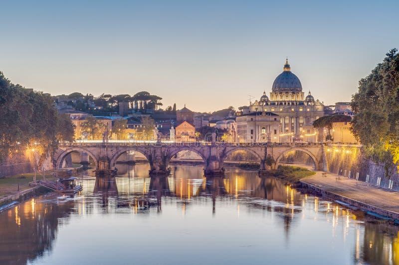 Ponte Sant'Angelo (puente de Hadrian) en Roma, Italia, imagenes de archivo