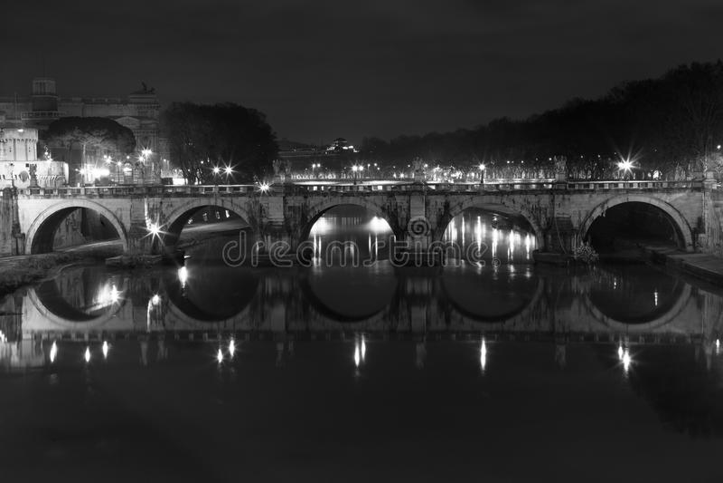 Ponte SantAngelo, bro i Rome italy Svart vit royaltyfri bild