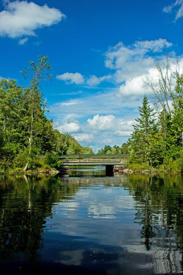 Ponte a senso unico sopra l'itinerario della canoa immagini stock
