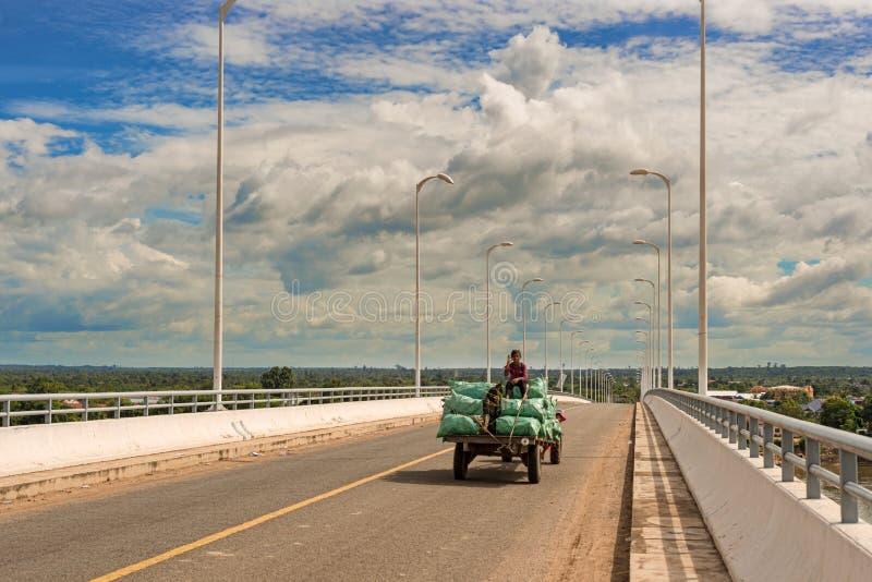 A ponte sobre Mekong River em Treng picado, Camboja fotografia de stock royalty free