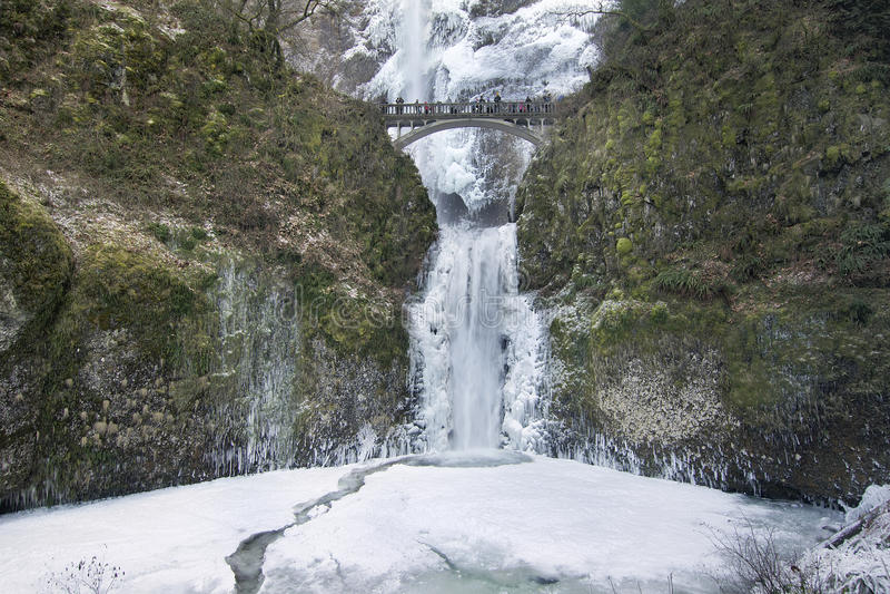 A ponte sobre Multnomah cai no inverno foto de stock royalty free