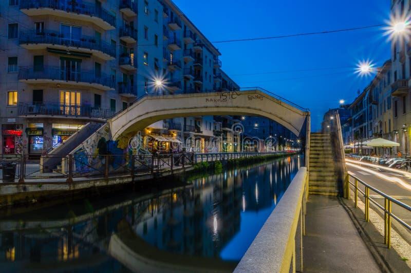 Ponte sobre o canal grandioso de Naviglio em Milão fotografia de stock