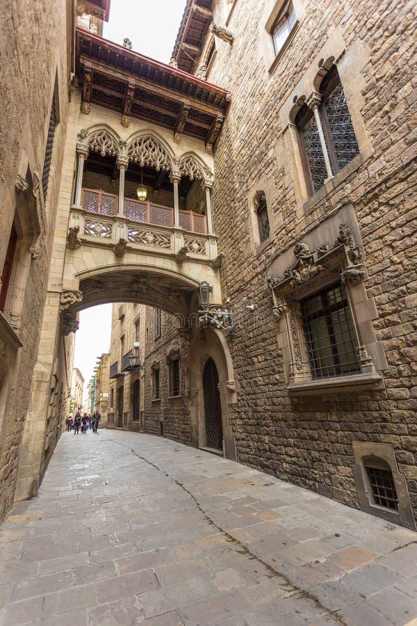 Ponte sobre o Carrer del Bisbe, Barcelona, Catalonia fotografia de stock