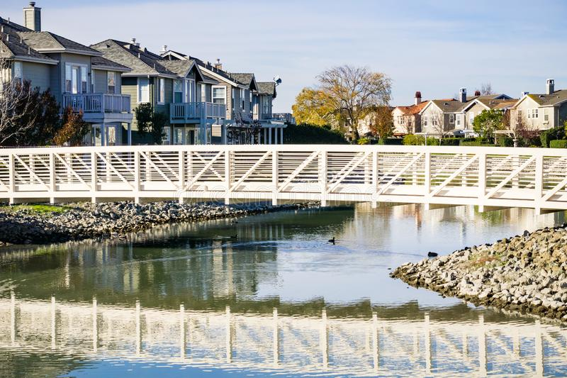 A ponte sobre o homem fez a via navegável, área de Redwood Shores, San Francisco Bay, Califórnia imagem de stock