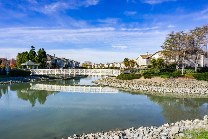 A ponte sobre o homem fez a via navegável, área de Redwood Shores, San Francisco Bay, Califórnia fotos de stock