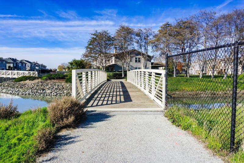 A ponte sobre o homem fez a via navegável, área de Redwood Shores, San Francisco Bay, Califórnia foto de stock royalty free