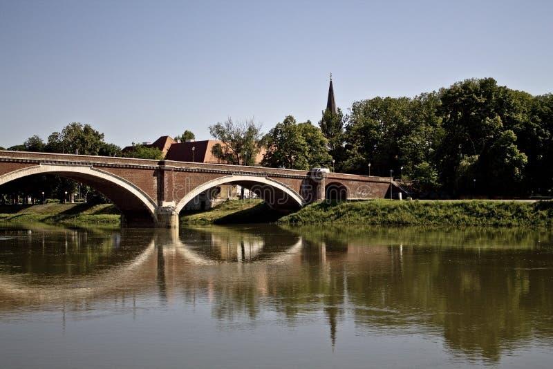 Ponte sobre o kupa do rio no sisak foto de stock