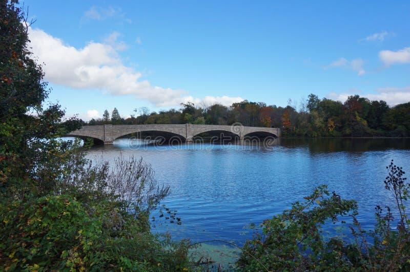 Ponte sobre o lago Carnegie em Princeton, NJ na queda fotos de stock royalty free