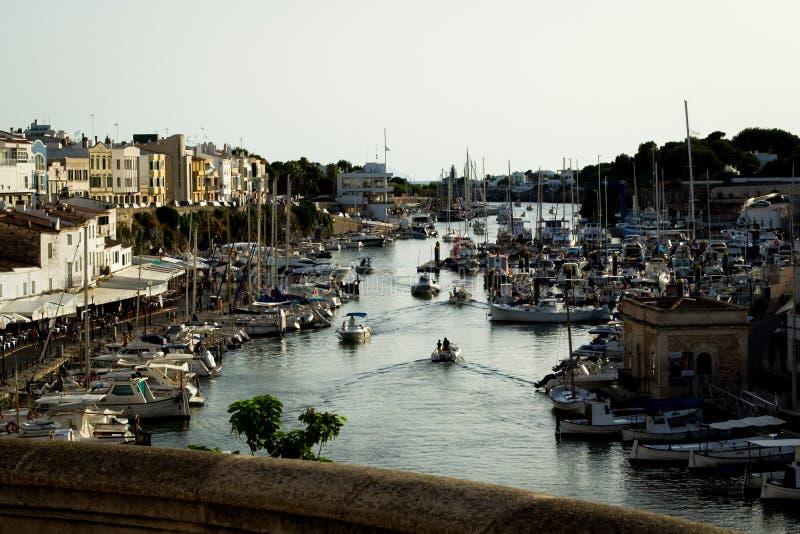 Ponte sobre o porto de Menorca fotos de stock