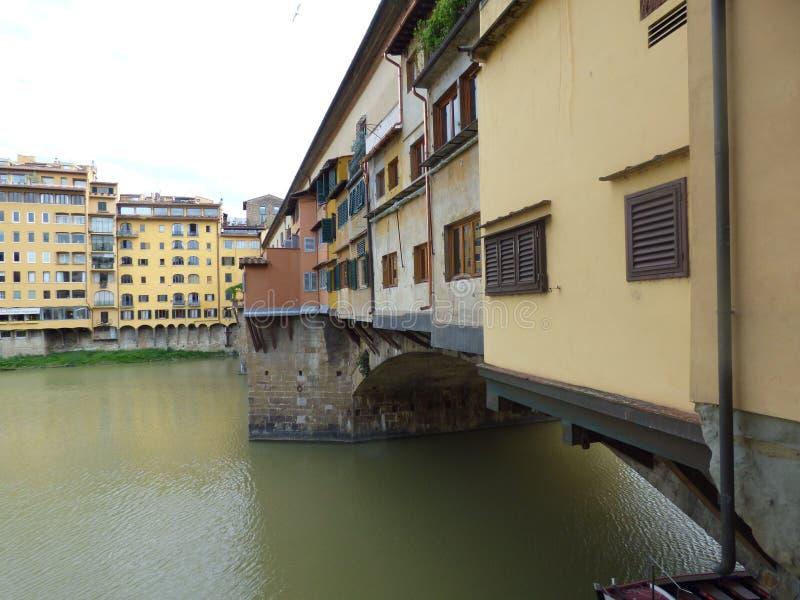 Ponte sobre o rio de arno em Floren?a Italia imagens de stock royalty free