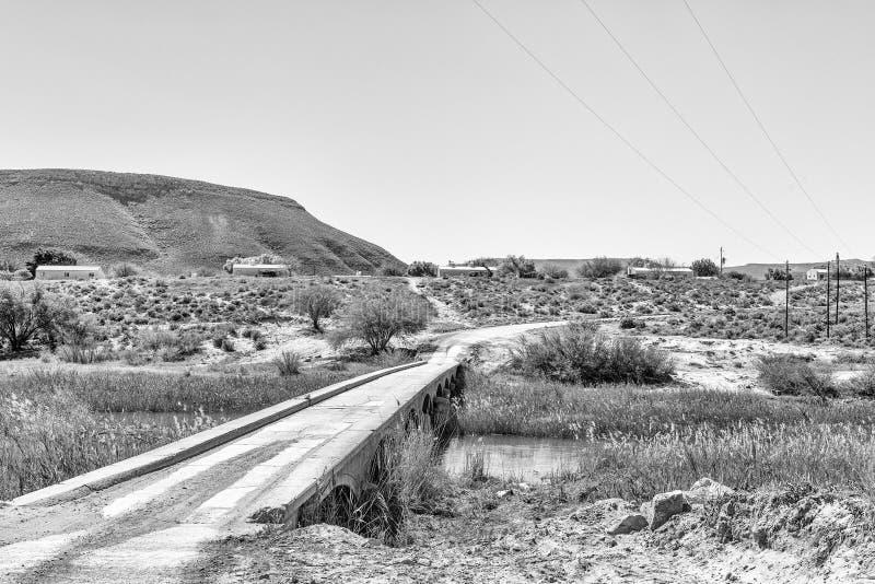 Ponte sobre o rio de Doring na estrada R364 monocromático imagem de stock