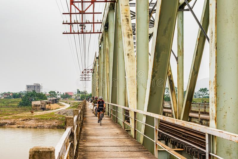 Ponte sobre o rio do Ca em Vietname imagens de stock