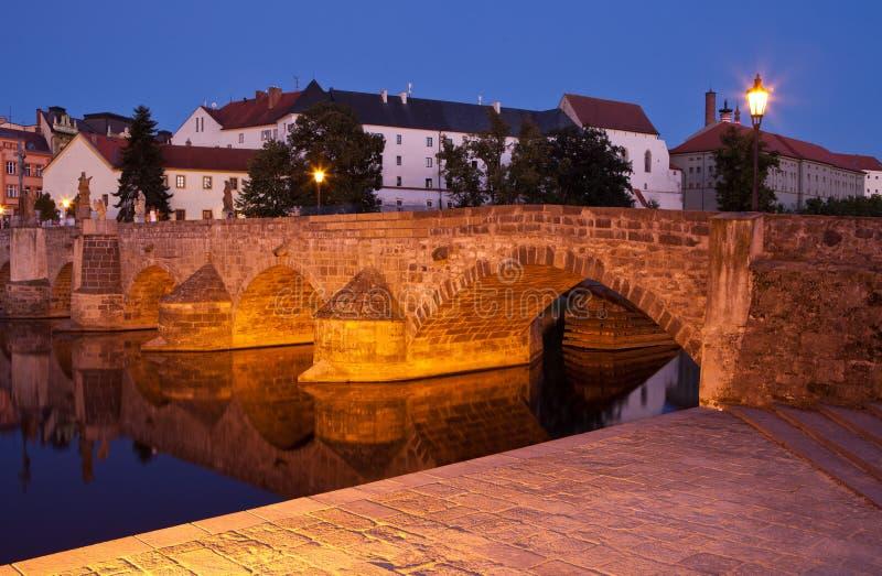 ponte sobre o rio em Pisek, república checa de Otava fotografia de stock