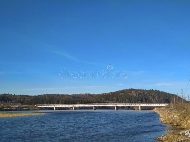 Ponte sobre o rio em Sibéria imagem de stock royalty free