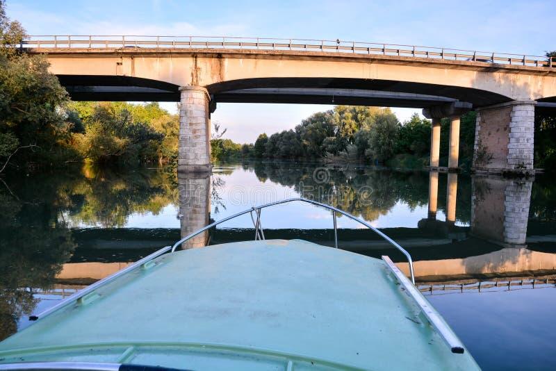 ponte sobre o rio, imagem digital da foto como um fundo fotos de stock