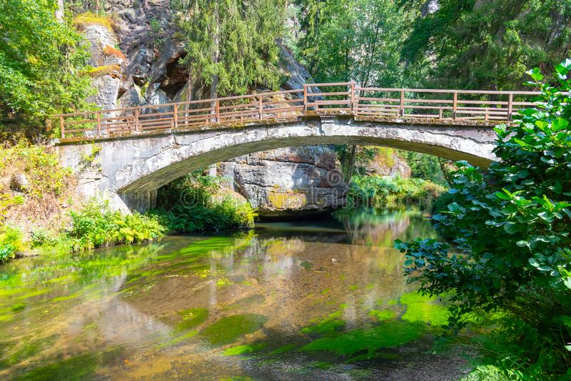 Ponte sobre o rio Kamenice no parque nacional de Suíça boêmio, República Checa fotos de stock