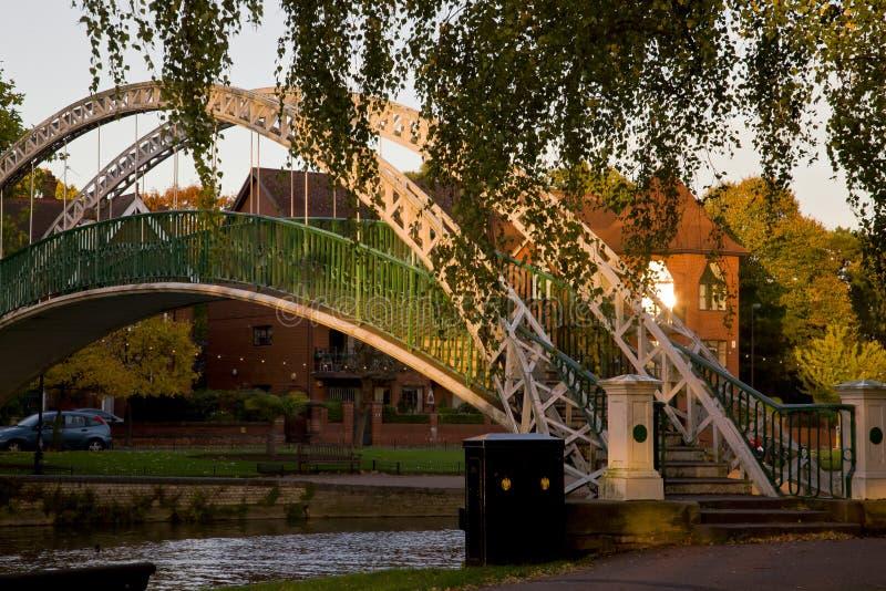 Ponte sobre o rio na cidade inglesa Bedford imagens de stock