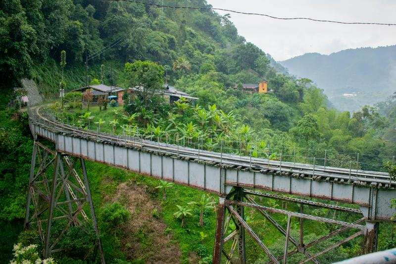 Ponte sobre o vale colombiano da selva fotografia de stock royalty free