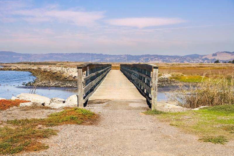 Ponte sobre os pântanos de San do leste Francisco Bay, Hayward, Califórnia foto de stock royalty free