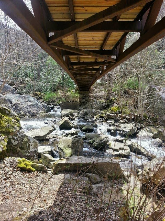 Ponte sobre Rocky Water fotografia de stock