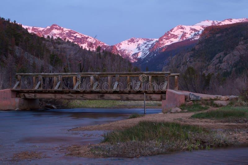 Ponte sobre Thompson River grande no pa de Rocky Mountain National imagem de stock royalty free