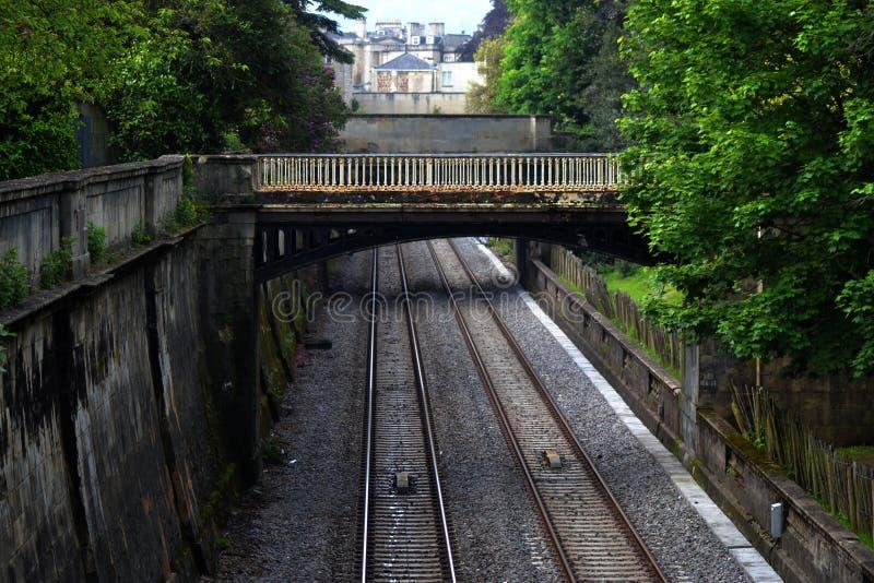 Ponte sobre trilhas do trem no banho foto de stock royalty free